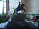 Конная статуя в интерьере