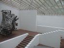 Абстрактная скульптура в интерьере