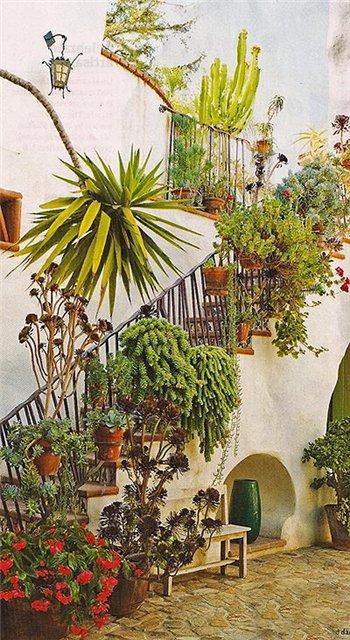 Лестница, украшенная растениями