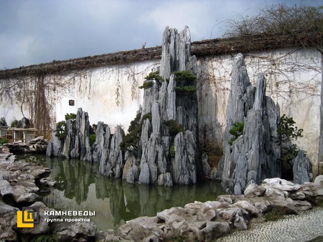 Искусственные скалы в китайском саду