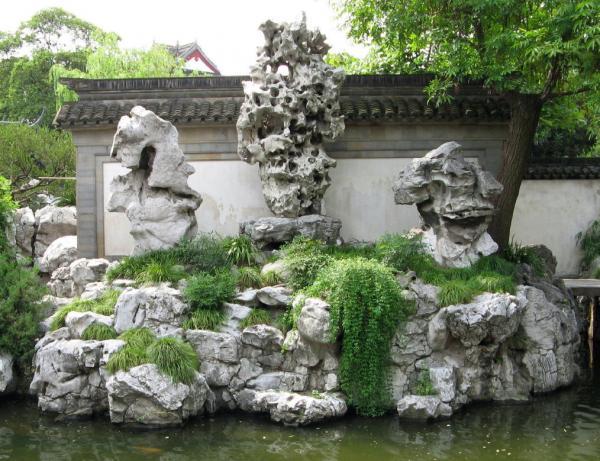 Каменные постройки в саду