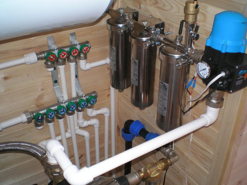 Водоснабжение загородного дома - металлопластиковые трубы, медные трубы, пластиковые трубы.