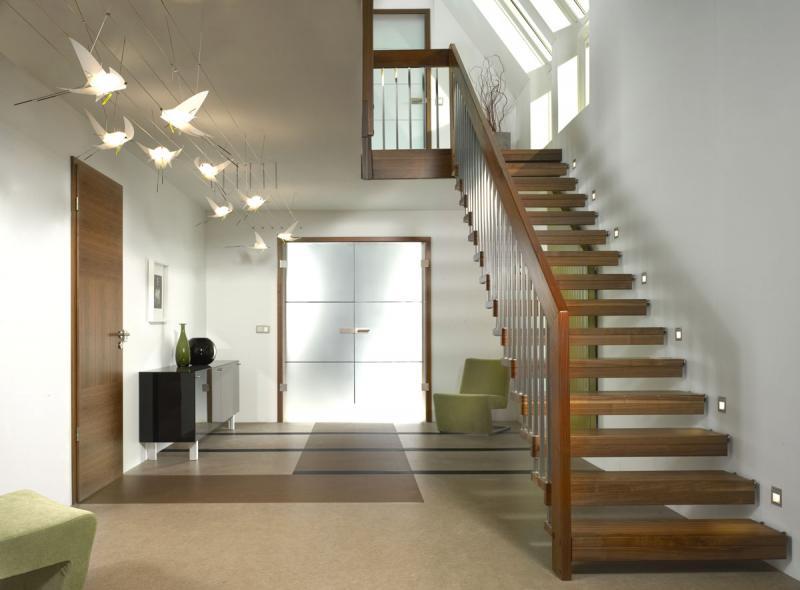 Как интересно осветить лестницу внутри дома