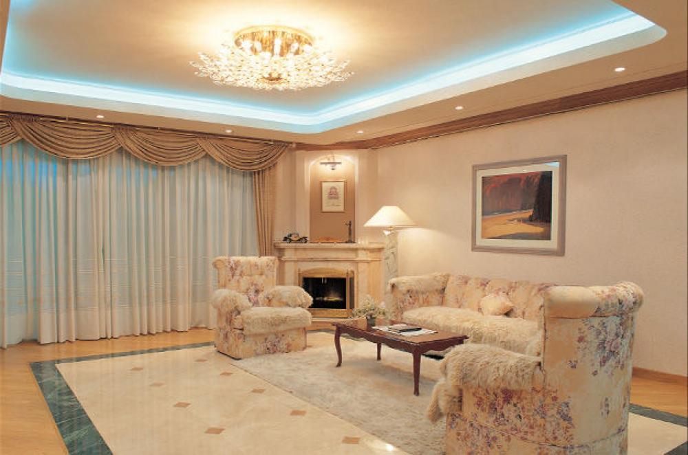 Дизайн двухуровневых потолков в гостиной